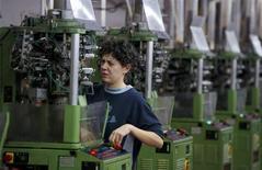 La production industrielle italienne a, contre toute attente, augmenté en janvier, une progression de 0,8% qui met fin à une série de quatre mois consécutifs de recul, selon l'Institut national des statistiques (Istat). /Photo d'archives/Reuters/Paolo Bona