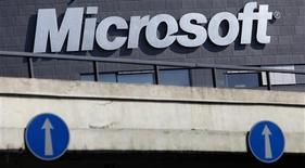 El logo de Microsoft impreso en una rama de la firma en Praga, mar 17 2013. Microsoft Corp dijo el martes que toma seriamente cualquier denuncia de mala conducta, luego de un reporte acerca de que el Departamento de Justicia de Estados Unidos está investigando potenciales casos de corrupción de sus empleados en China, Rumania e Italia. REUTERS/David W Cerny