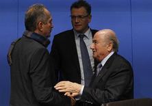 O presidente da Fifa, Joseph Blatter (D), conversa com o ministro do Esporte, Aldo Rebelo (E), e o secretário-geral da Fifa, Jérôme Valcke, após entrevista coletiva em Zurique nesta terça-feira. REUTERS/Michael Buholzer