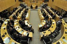 Члены парламента Кипра голосуют против введения налога на банковские вклады, Никосия, 19 марта 2013 года. Парламент Кипра во вторник подавляющим большинством голосов отверг предложение о введении налога на банковские вклады, затруднив Евросоюзу спасение очередной жертвы долгового кризиса еврозоны. REUTERS/Yiannis Nissiotis