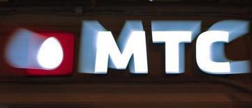 Логотип МТС перед салоном связи компании в Санкт-Петербурге, 18 марта 2013 года. Телекоммуникационная компания МТС в четвертом квартале 2012 года превысила прогноз аналитиков, увеличив чистую прибыль на 39,1 процента до $547,3 миллиона, сообщила компания во вторник. REUTERS/Alexander Demianchuk