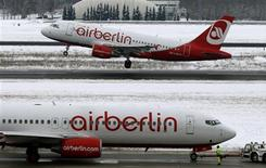 """Air Berlin a dit mercredi considérer 2013 comme une année de """"reconstruction"""", sans pour autant fournir de prévisions de résultats. La compagnie aérienne allemande a publié le mois dernier son premier bénéfice d'exploitation annuel. /Photo prise le 20 mars 2013/REUTERS/Fabrizio Bensch"""