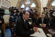 """Le président chypriote, Nicos Anastasiades (au centre), ici dans son palais présidentiel de Nicosie, doit rencontrer ce jeudi les responsables des principaux partis du pays pour évoquer un """"plan B"""", à la suite du refus mardi du Parlement d'entériner la taxation des dépôts proposée par l'Union européenne (UE) et le Fonds monétaire international (FMI) dans le cadre d'un plan de sauvetage. /Photo prise le 20 mars 2013/REUTERS/Yorgos Karahalis"""