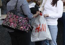 Hennes & Mauritz (H&M), numéro deux mondial du prêt-à-porter, a annoncé jeudi une baisse légèrement supérieure aux attentes de son bénéfice imposable au premier trimestre et indiqué qu'il ouvrirait cette année plus de points de vente que prévu. /Photo d'archives/ REUTERS/Fred Prouser