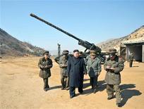 Líder norte-coreano, Kim Jong-un, visita sub-unidade de artilharia de longo alcance do Exército do Povo Coreano, em imagem divulgada pela agência KCNA. A Coreia do Norte disse que pode atacar bases militares dos Estados Unidos no Japão e na ilha de Guam, no Pacífico, se for provocada, um dia depois de o líder norte-coreano, Kim Jong-un, supervisionar a simulação de um ataque com uma aeronave não-tripulada à Coreia do Sul. 12/03/2013 REUTERS/KCNA