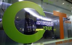 Um investigador entra no Centro de Resposta ao Terror Cibernético da Agência de Polícia Nacional da Coreia do Sul, na capital Seoul. Um ataque cibernético afetou três redes de TV e dois grandes bancos da Coreia do Sul e foi considerado pela maioria dos analistas como uma demonstração de força da Coreia do Norte. 21/03/2013. REUTERS/Lee Jae-Won