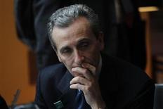 Vittorio Grilli,le ministre de l'Economie du gouvernement sortant de Mario Monti. L'Italie a fortement relevé jeudi ses objectifs de déficit et d'endettement pour 2013 et 2014. Le pays augmentera sa dette de 40 milliards d'euros sur ces deux années en réponse à la récession. /Photo d'archives/REUTERS/Edgard Garrido 7
