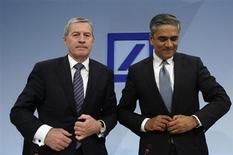 Les deux co-présidents du directoire de Deutsche Bank, Jürgen Fitschen et Anshu Jain (de gauche à droite), ont vu leur rémunération 2012 ramenée à 4,8 millions d'euros après le retraitement des comptes de la banque annoncé cette semaine, conséquence de nouvelles charges liées à des procédures judiciaires en cours. /Photo prise le 31 janvier 2013/REUTERS/Lisi Niesner