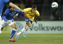 Jogador italiano Andrea Pirlo em disputa com o brasileiro Neymar no amistoso internacional em Genebra. O jogo terminou empatado em 2 a 2. 21/03/2013. REUTERS/Denis Balibouse