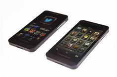 Imagen de archivo de un teléfono Blackberry Z10 en una tienda Rogers en Toronto, feb 5 2013. Casi dos meses después de su presentación formal, el nuevo smartphone Z10 de BlackBerry salió a la venta el viernes en el hiper competitivo mercado estadounidense, un terreno crucial para la ambición de la compañía por reestablecerse como líder de la industria. REUTERS/Mark Blinch