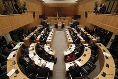 Selon une source parlementaire à Chypre, les 56 députés chypriotes ne se réuniront pas avant la réunion des ministres des Finances de l'Eurogroupe prévue ce dimanche. Depuis le rejet par les députés d'un projet de taxe exceptionnelle sur les dépôts bancaires, Chypre doit parvenir à un accord sur les moyens de trouver les quelque six milliards d'euros nécessaires pour compléter le plan de sauvetage européen. /Photo prise le 22 mars 2013/REUTERS/Yorgos Karahalis