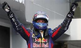 O piloto alemão de Fórmula um da Red Bull Sebastian Vettel comemora após vencer o Grande Prêmio da Malásia no circuito internacional de Sepang, no exterior de Kuala Lumpur. 24/03/2013 REUTERS/Edgar Su
