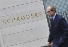 Le gérant de fonds Schroders va racheter son concurrent Cazenove Capital pour 424 millions de livres environ (496 millions d'euros), conformément à sa stratégie de développement de son activité banque privée. /Photo prise le 22 mars 2013/REUTERS/Toby Melville
