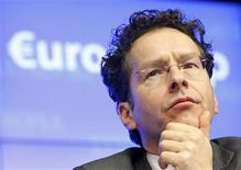 Pour le président de l'Eurogroupe, Jeroen Dijsselbloem, le plan de sauvetage élaboré pour Chypre constitue un nouveau cadre de résolution des difficultés bancaires dans la zone euro et d'autres pays pourraient devoir restructurer leur secteur bancaire. /Photo prise le 25 mars 2013/REUTERS/Sebastien Pirlet