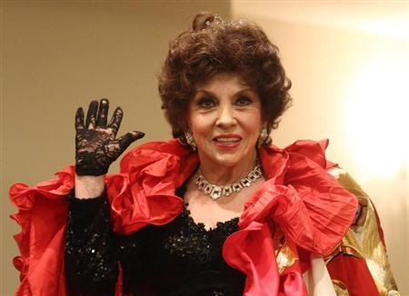 Italian actress Gina Lollobrigida poses during a photocall before attending the traditional Opera Ball in Vienna February 7, 2013. REUTERS/Heinz-Peter Bader