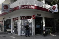 A Nicosie, lundi. Les banques chypriotes restent fermées ce mardi pour le 11e jour consécutif et leur réouverture, prévue jeudi, sera encadrée par un strict contrôle des mouvements de fonds afin d'éviter une fuite des capitaux et une panique des épargnants après l'accord sur le renflouement du pays. /Photo prise le 25 mars 2013/REUTERS/Yorgos Karahalis