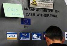 Листок с максимально возможной для снятия суммой на банкомате Laiki Bank в Никосии 22 марта 2013 года. Крупные вкладчики кипрских банков могут потерять около 40 процентов депозитов в рамках осуществления международного плана спасения страны, сказал министр финансов Михалис Саррис. REUTERS/Yannis Behrakis