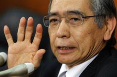 Новый управляющий Банка Японии Харухико Курода выступает на пресс-конференции в штаб-квартире ЦБ в Токио 21 марта 2013 года. Центробанк Японии попытается снизить рыночные процентные ставки, скупая долгосрочные государственные облигации, сказал во вторник глава банка Харухико Курода. REUTERS/Toru Hanai