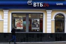Мужчина проходит мимо отделения банка ВТБ в центре Москвы 18 марта 2013 года. Второй по размерам российский госбанк ВТБ ожидает, что итоги его работы в 2012 году будут не хуже результатов предыдущего года, и планирует обсудить увеличение выплат акционерам. REUTERS/Sergei Karpukhin