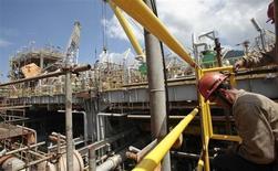 Une plate-forme pétrolière en construction à Angra dos Reis, au Brésil. Petrobras doit lancer dans les deux mois une procédure d'enchères pour la cession de ses parts dans des gisements nigérians, opération qui pourrait représenter jusqu'à cinq milliards de dollars, ont dit à Reuters des sources proches du dossier. lE GROUPE cède des actifs en vue de se recentrer sur la prospection et la production pour financer un plan d'investissement quinquennal de 237 milliards de dollars; /Photo d'archives/REUTERS/Sergio Moraes