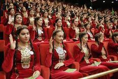Делегаты съезда Народного собрания (Халк Маслахаты) Туркмении голосуют за кандидатуру президента Курбанкули Бердымухамедова в Ашхабаде 14 февраля 2007 года. Крупнейший продавец природного газа в Центральной Азии Туркмения хочет довести его добычу в 2013 году до 76,9 миллиарда кубометров по сравнению с 68,9 миллиарда, запланированными на 2012 год REUTERS/Gleb Garanich