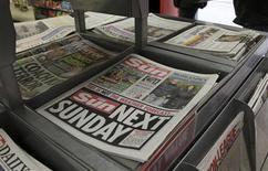 Foto de archivo de unas ediciones del diario The Sun en un quiosco en Londres, feb 20 2012. El diario sensacionalista británico The Sun, propiedad del magnate de los medios Rupert Murdoch, comenzará a cobrar por el acceso a su sitio web en un paquete con destacados de partidos de fútbol de la Liga Premier, dijo el miércoles su matriz News International (NI). REUTERS/Stefan Wermuth