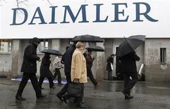 Daimler s'attend à enregistrer un bénéfice exceptionnel de 1,34 milliard d'euros, qui augmentera son bénéfice net part du groupe au second trimestre, conséquence d'une revalorisation de sa part de 7,5% dans EADS. /Photo prise le 4 avril 2012/REUTERS/Fabrizio Bensch