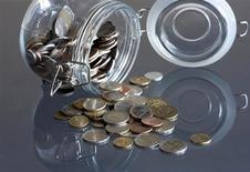 Les mesures de contrôle des capitaux à Chypre pourraient mettre à l'épreuve les relations entre membres de l'Union monétaire en conférant de facto aux euros chypriotes une valeur différente de celle des euros des autres pays de la zone. L'impact de ces mesures sur l'économie chypriote dépendra de plusieurs facteurs, dont leur durée et leur nature exacte. /Photo d'archives/REUTERS/Bernadett Szabo