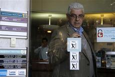 A Nicosie. Les banques chypriotes s'apprêtaient à rouvrir leurs portes jeudi après douze jours de fermeture et l'adoption d'un plan de sauvetage bancaire de 10 milliards d'euros imposé par l'Union européenne et le Fonds monétaire international. La Bourse de Nicosie est, en revanche, restée fermée avant le début du week-end Pascal. /Photo prise le28 mars 2013/REUTERS/Yannis Behrakis