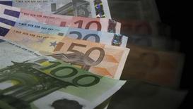 Банкноты евро, сфотографированные в Праге 21 января 2013 года. Евро остается вблизи четырехмесячного минимума в связи с повышением стоимости заимствований Италии. REUTERS/David W Cerny