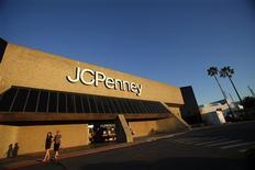 JC Penney à suivre sur les marchés américains. Le groupe compte augmenter les prix sur des millions d'articles de sa propre marque afin de préserver ses marges bénéficiaires, revenant sur sa stratégie de démarques jusque là suivie pour récupérer une clientèle partie voir ailleurs l'an passé. /Photo prise le 1er mars 2013/REUTERS/Mario Anzuoni