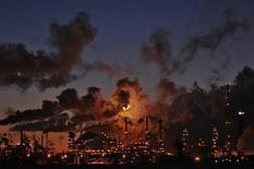 НПЗ Petro-Canada в Эдмонтоне во время заката 15 февраля 2009 года. Цены на нефть растут в надежде на более быстрый рост спроса в США после неожиданно резкого снижения запасов нефтепродуктов на прошлой неделе. REUTERS/Dan Riedlhuber