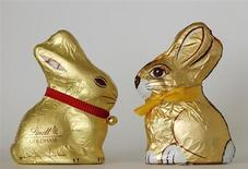 An illustration picture showing chocolate Easter bunnies by Swiss company Lindt (L) and Austrain company Hauswirth (R) taken in Vienna, March 26, 2012. REUTERS/Heinz-Peter Bader