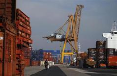 Le port de Lisbonne. Le déficit budgétaire du Portugal a atteint 6,4% du PIB en 2012, soit plus que les 5% convenus avec les bailleurs de fonds internationaux du pays. /Photo prise le 11 janvier 2012/REUTERS/Rafael Marchante