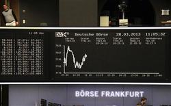 Les Bourses européennes restent orientées en hausse à mi-séance toujours soutenues par des achats à bon compte après des plus bas de trois semaines touchés la veille, alors que des files d'attente se sont formées devant les succursales des banques chypriotes qui ont rouvert leurs portes. À Paris, l'indice CAC 40 prend 0,6% à 3.734,06 points vers 12h GMT. À Francfort, le Dax prend 0,56% et à Londres, le FTSE gagne 0,91%. L'indice paneuropéen EuroStoxx 50 avance de 0,82%. /Photo prise le 28 mars 2013/REUTERS/Remote/Pawel Kopczynski