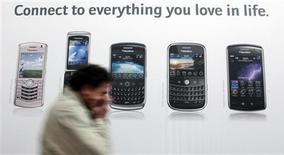 Imagen de archivo de un hombre pasando frente a un anuncio de teléfonos BlacBerry en la feria CeBIT en Hanover, Alemania, feb 28 2009. El precio de las acciones de BlackBerry subió a más del doble en los últimos seis meses por la expectativa sobre sus nuevos teléfonos avanzados, pero ahora algunos operadores creen que la escalada fue exagerada y apuestan a una corrección. REUTERS/Hannibal Hanschke