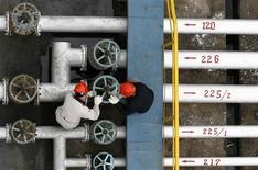 Les cours du pétrole ont terminé en hausse sur le marché new-yorkais Nymex jeudi, dernière séance de cotations du premier trimestre, la progression de Wall Street et la baisse du dollar ayant soutenu les cours du baril. Le contrat mai sur le brut léger américain a gagné 0,67%, à 97,23 dollars. /Photo d'archives/REUTERS
