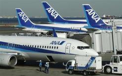 All Nippon Airways (ANA) a dit vendredi n'avoir pas encore décidé d'annuler les vols normalement assurés par le Boeing 787 Dreamliner en juin, évoquant les progrès accomplis pour faire revoler un appareil cloué au sol depuis plus de deux mois. /Photo prise le 29 janvier 2013/REUTERS/Toru Hanai