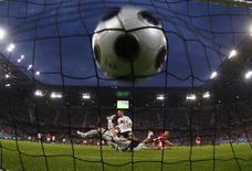 Мяч в сетке ворот сборной Польши после удара форварда сборной Германии Лукаша Подольски во время матча Евро-2008 в Клагенфурте 8 июня 2008 года. REUTERS/Michael Dalder