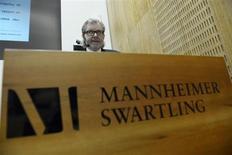 Юрист Бьорн Ризе на пресс-конференции в Стокгольме презентует результаты расследования, которое TeliaSonera заказала на фоне подозрений по поводу взяток в Узбекистане. Фото сделано 1 февраля 2013 года. Шведская прокуратура изучает, может ли она наложить штраф и конфисковать активы TeliaSonera, если расследование покупки 3G-лицензии в Узбекистане приведет к вынесению обвинений, сообщила в четверг телекоммуникационная компания. REUTERS/Janerik Henriksson/Scanpix