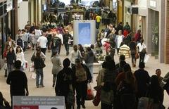 Le moral des ménages américains s'est amélioré en mars, l'espoir d'une poursuite de la baisse du chômage occultant l'impact défavorable des coupes budgétaires, selon les résultats définitifs de l'enquête mensuelle Thomson Reuters-Université du Michigan. /Photo d'archives/REUTERS/Fred Prouser