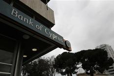 Les titulaires de comptes de la plus grande banque de Chypre, la Bank of Cyprus vont perdre autour de 60% de leur épargne au-dessus de 100.000 euros, a confirmé samedi la banque centrale du pays, durcissant les conditions du sauvetage qui a évité à l'île la faillite. /Photo prise le 30 mars 2013/REUTERS/Yorgos Karahalis