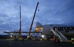 Workers load the Solar Impulse aircraft into a Cargolux Boeing 747 cargo aircraft at Payerne airport February 20, 2013. REUTERS/Pascal Lauener