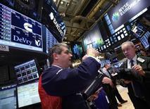 Wall Street a ouvert mardi sur un rebond, plaçant à nouveau l'indice S&P 500 à portée de main de son plus haut niveau historique. Dans les premiers échanges, le Dow Jones gagne 0,39%, le Standard & Poor's 500 progresse de 0,48% et le Nasdaq prend 0,66%. /Photo prise le 1er avril 2013/REUTERS/Brendan McDermid