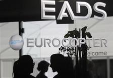 EADS, dont le titre a clôturé mardi à 41,115 euros, a indiqué que son programme de rachat d'actions, prévu dans le cadre de la réorganisation de sa gouvernance et de son capital, porterait sur un montant maximum de 3,75 milliards d'euros sur 18 mois à un prix plafond de 50 euros par action. /Photo d'archives/REUTERS/Tobias Schwarz