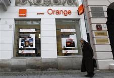 """France Télécom, en baisse de 3,55% à 12h25, accusait mercredi la plus forte baisse de l'indice CAC 40 et du SBF 120, UBS, qui a ramené sa recommandation de """"neutre"""" à """"vendre"""" sur la valeur, s'attendant à une autre année difficile dans la téléphonie mobile en France. /Photo d'archives/REUTERS/Peter Andrews"""