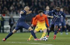 Jogadores do Paris St. Germain disputam bola com Lionel Messi, do Barcelona, durante quartas de final da Liga dos Campeões no estádio Parc des Princes, em Paris. 03/04/2013 REUTERS/Christian Hartmann