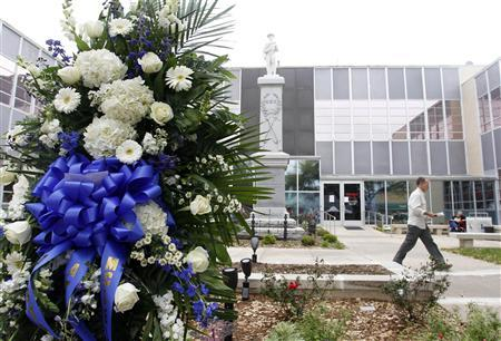 A wreath of flowers in honor of slain District Attorney Mike McClelland is placed in front of Kaufman County Courthouse in Kaufman, Texas April 2, 2013. REUTERS/Richard W. Rodriguez