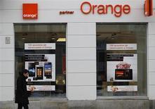 Orange, filiale de France Télécom-Orange, vise un million d'abonnés au très haut débit mobile d'ici à la fin de l'année. /Photo prise le 12 février 2013/REUTERS/Peter Andrews