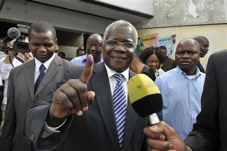 Mozambique's opposition RENAMO Presidential candidate Afonso Dhlakama shows an ink dyed finger after voting in the country's Presidential, Parliamentary and Provincial Elections in Maputo October 28, 2009. REUTERS/Grant Lee Neuenburg